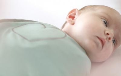 Wanneer en hoe ga je je baby leren slapen zonder inbakerdoek?